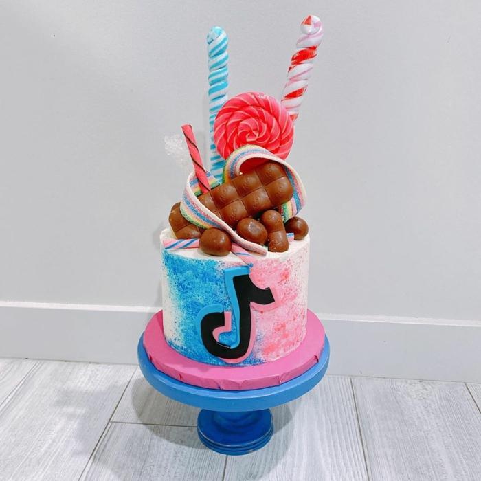 bunte lollis schokolade dekoration für geburtstagstorte 18 ideen teenager kuchen blau pink tiktok deko inspiration
