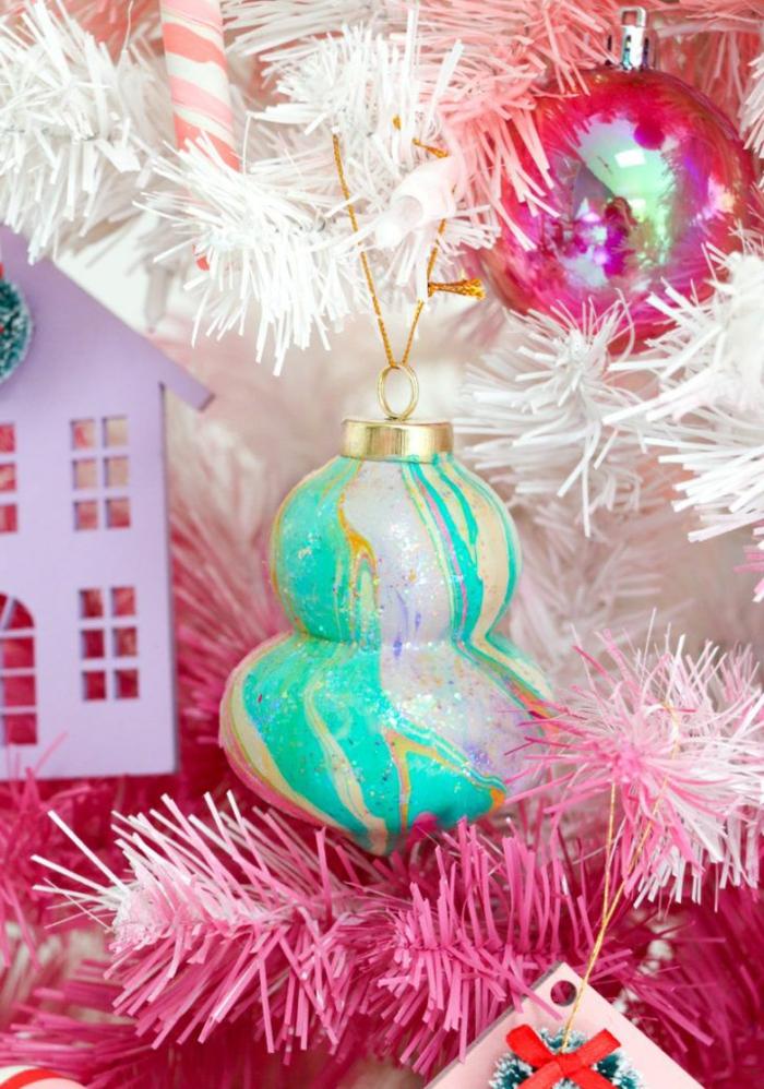 bunte weihnachtskugeln selber machen weihnachtsbaum dekorieren kreative ideen kleine pinke häuser aus karton basteln ideen