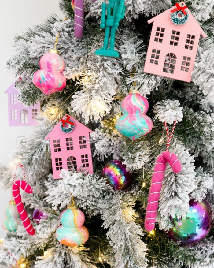 bunte weihnachtskugeln selber machen weihnachtsbaum dekorieren kreative ideen kleine pinke häuser aus karton basteln