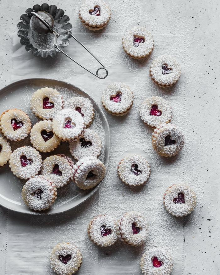 butterkekse linzer kekse mit himbeermarmelda bestreut mit puderzucker herzform weihnachtsgebäck selber machen spitzbuben plätzchen