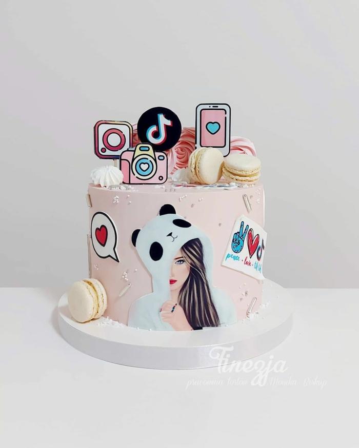 coole tiktok torte baby pink social media dekoration instagram kamera figur frau im bärenkostüm gelbe macroons