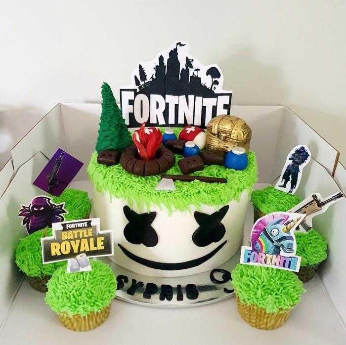 cupcake mit grünem zuckerguss weiße torte mit schwarzen augen und mund tortenaufleger fortnite victory royal inspo