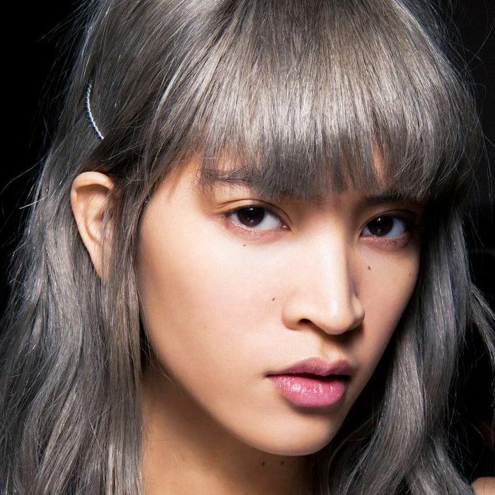 damen frisur mit einem kurzen graue haar eine frau mit natürlchem make up