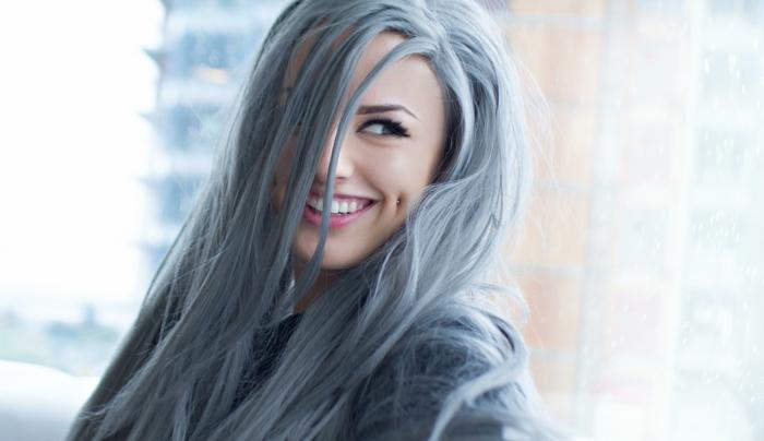damen frisuren mit grauen haaren eine junge frau mit grauen haaren dame mit schwarzen augen