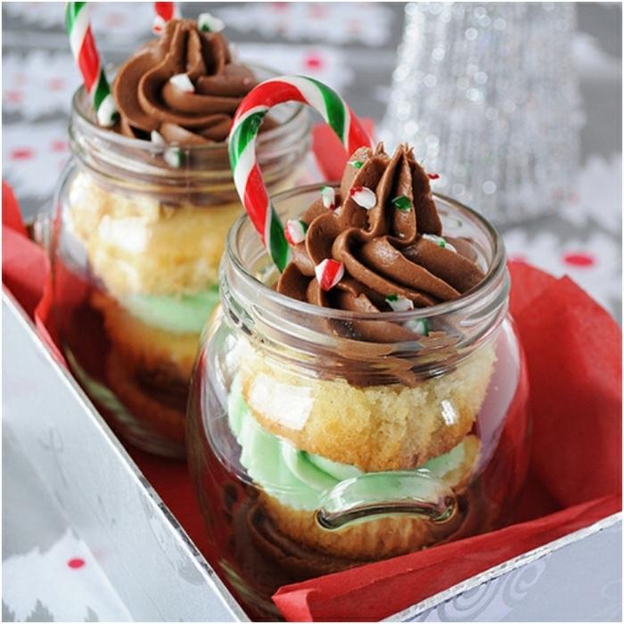 dessert weihnachten im glas kuchen mit vanille creme mit schokolade und pfefferminze weihnachtlicher nachtisch