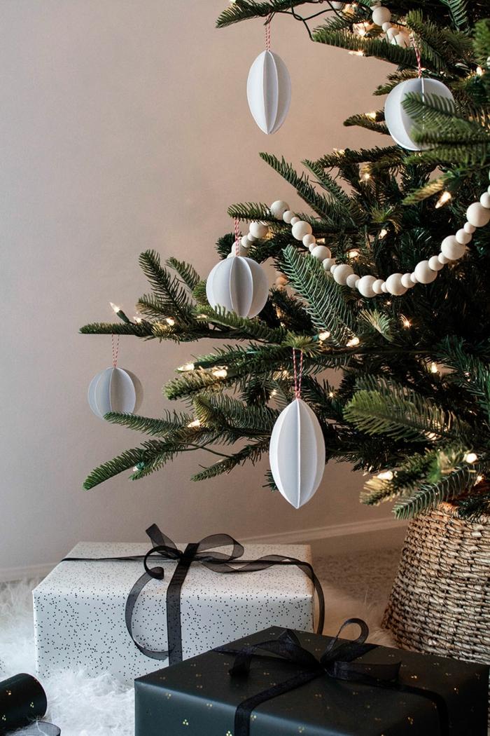 diy ornamente aus papier dekoration weihnachtsbaum modern ideen und inspiration verpackte geschenke unter tannenbaum