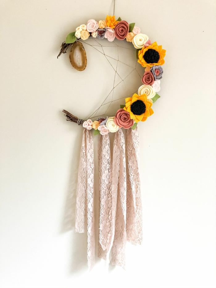diy traumfänger kinder dekoriert mit rosen und sonnenblumen wanddeko mond inspiration mädchen zimmer einrichten modern