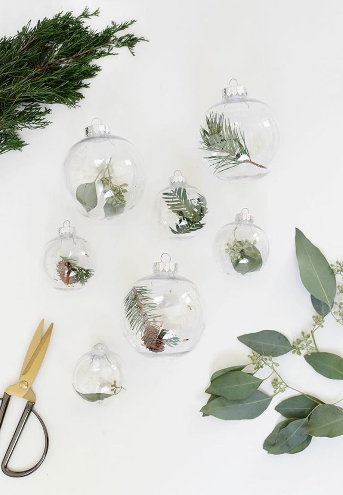 durchsichtige weihnachtskugeln mit tannenzapfen und tannenzweigen weihnachtsbaum schmücken diy ideen inspo