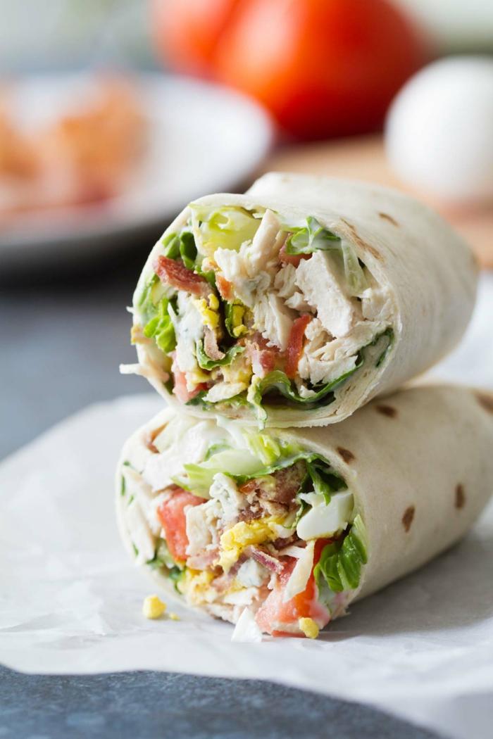 eier und frische tomaten zutaten für gesundes abendessen zwei wraps mit fleisch und salat