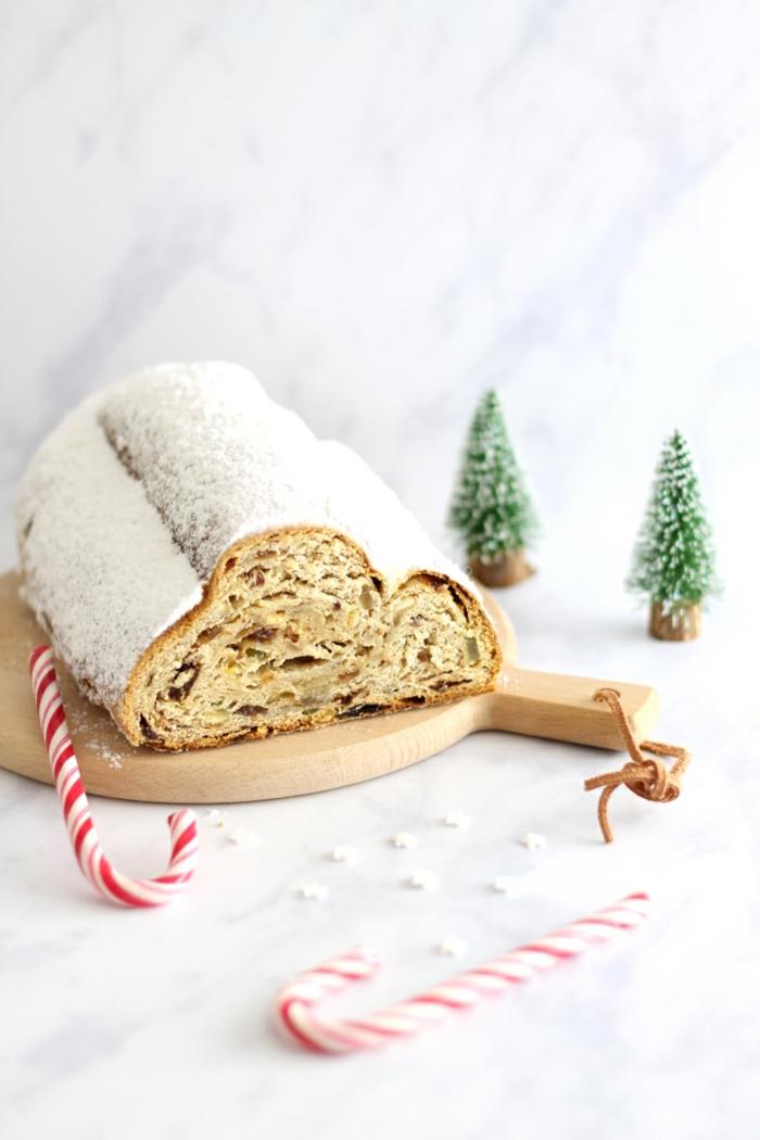 ein holzbrett und ein christistollen mit puderzucker einfache weihnachtsgebäck rezepte