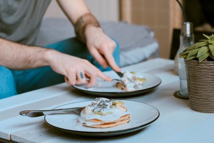 ein mann einfaches rezept für vegane pfannkuchen mit mandelmilch ein blumentopf