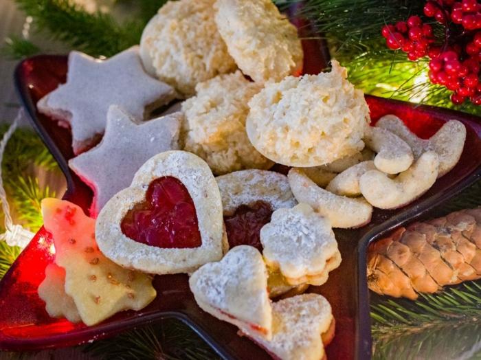 ein roter teller im stern form kleine plätzchen für weihnachten zimtserne und herzen plätzchen rezepte