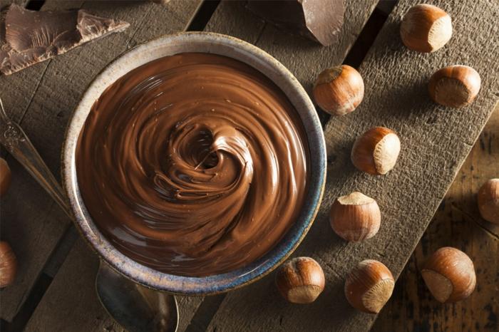 ein tisch aus holz rezept für nutella alternative ein veganes nutella selber machen mit haselnüssen