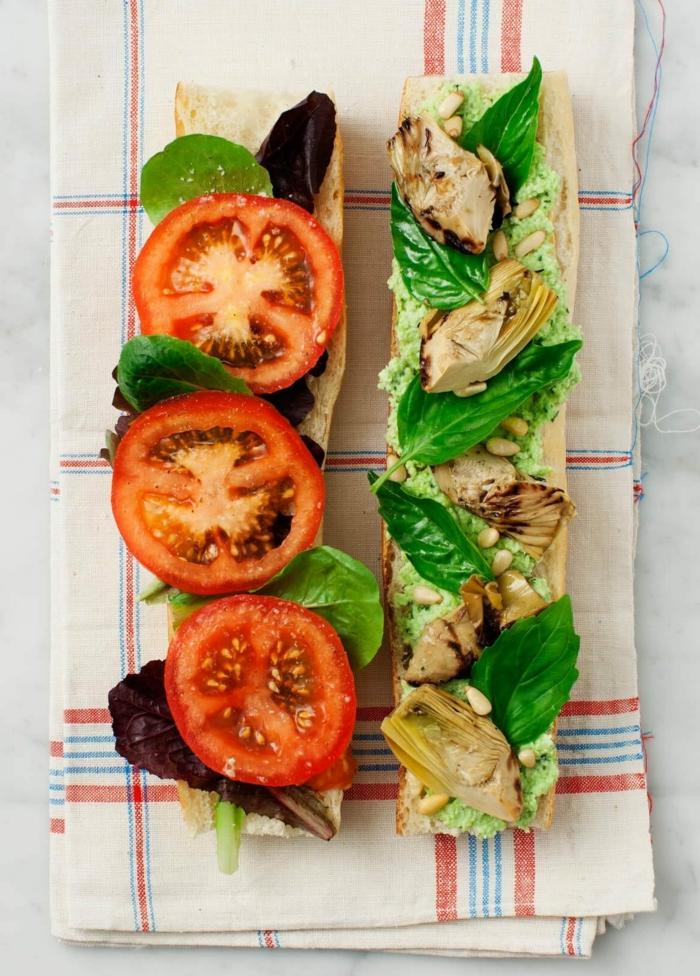 eine decke und zwei stullen mit frischen tomaten und fleisch gesundes abendessen
