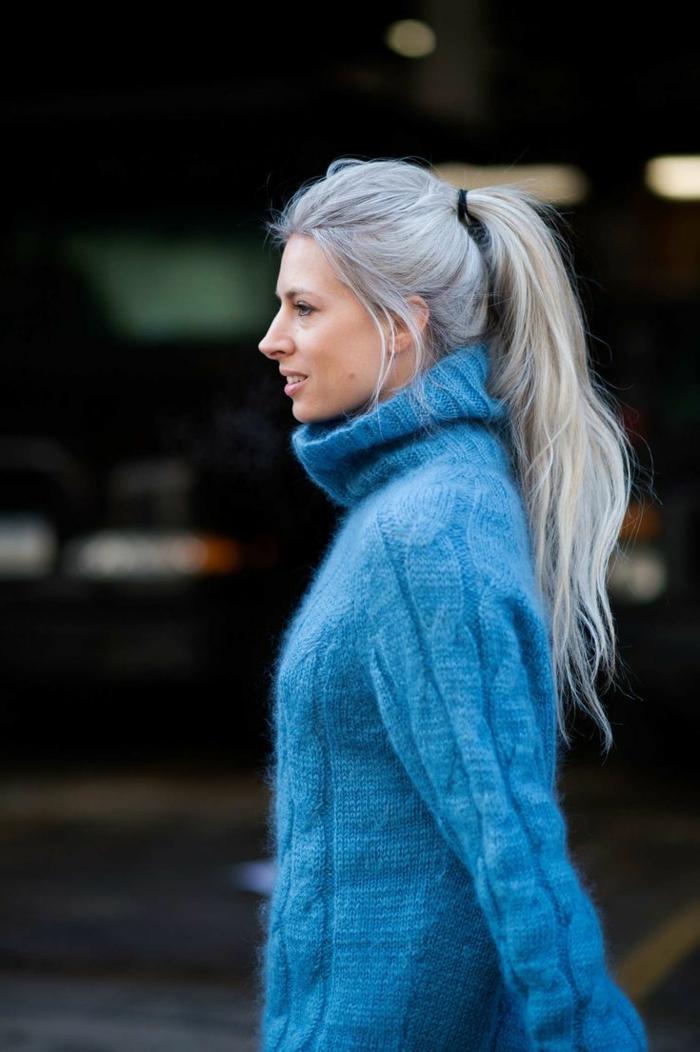 eine frau mit blauem pullover und mit langem grauen haar graue haare pflegen