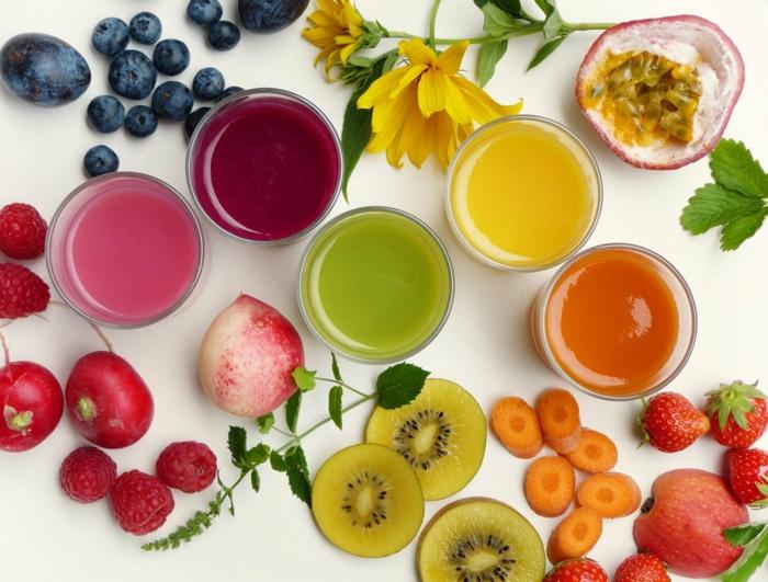 eine gelbe blume obst kirschen und tomaten gläser mit saft das immunsystem stärken