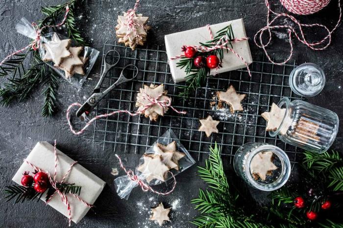 eine schere nd kleine weiße zimtsterne deko für weihnachten einfache weihnachtsgebäck rezepte kleine plätzchen rezepte