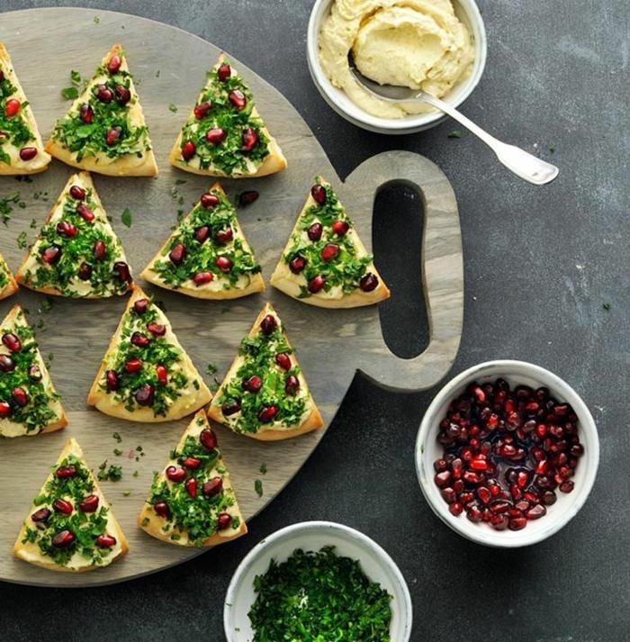 einfache weihnachtsmenü vorspeisen silvester hummus kräcker mit granatapfel weihnachtsbaum
