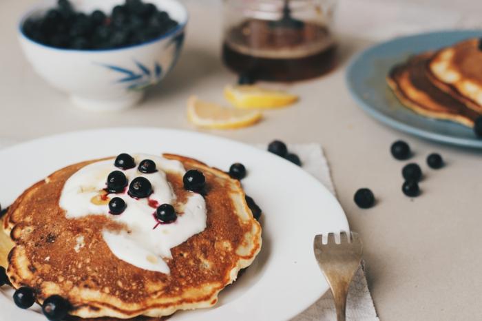einfaches rezept für vegane pfannkuchen mit mandelmilch geschnittene zitrone und pfannkuchen