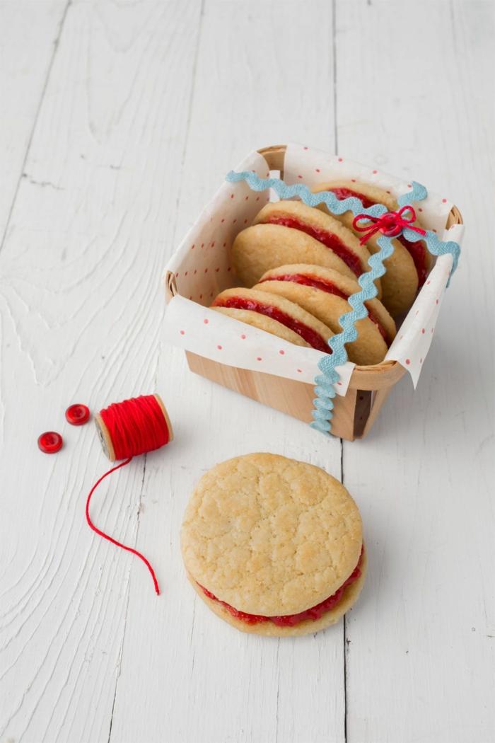 feirtagskekse backen runde plätzchen mit marmelade rezept weihnachtsgebäck selber machen packung mit kekse