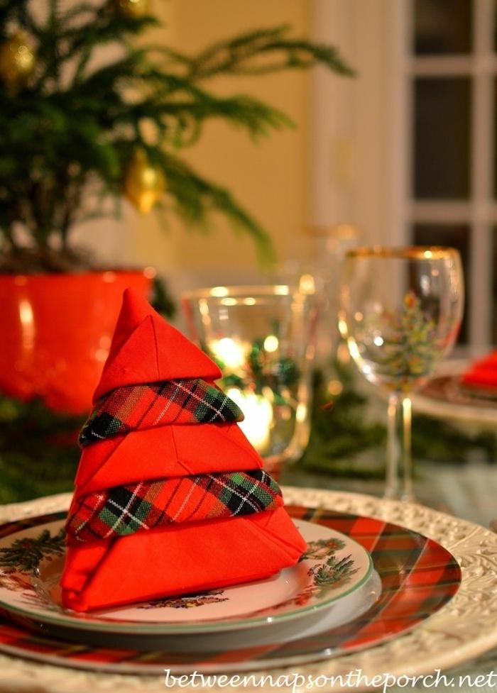 festlich gedeckter tisch servietten falten stehend schöne weihnachtsservietten deko weihnachtliche tischdekoration