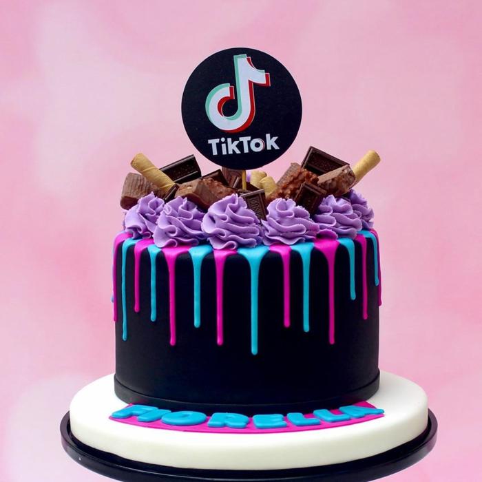 fondant torte 18 geburtstag junge tiktok inspiration schwarzer drip cake blau pinke glasur dekoration waffeln schokolade lila zuckeguss