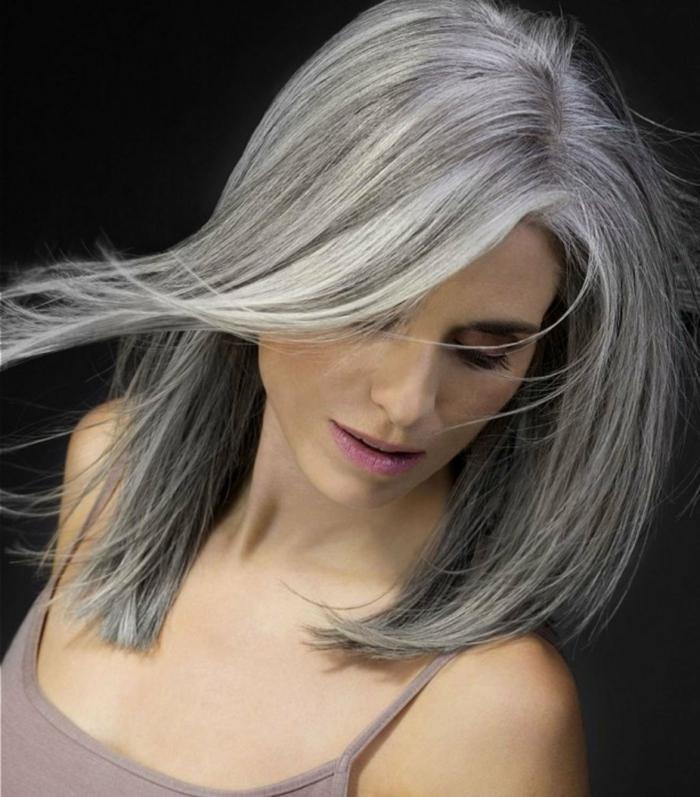 frau mit einem natürlichen make up und risur mit grauen kurzen haaren