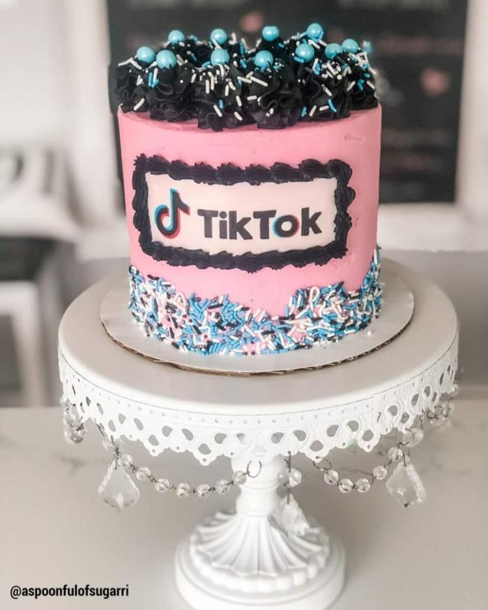 geburtstag feier kuchen ideen inspiration pink mit bunter dekoration weißer kuchenständer meine torte ideen