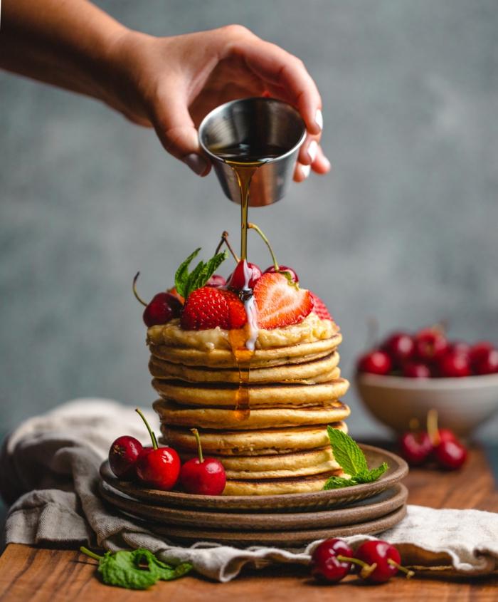 gefüllte vegane pfannkuchen einfaches rezept für vegane pfannkuchen mit mandelmilch kirschen und erdbeeren