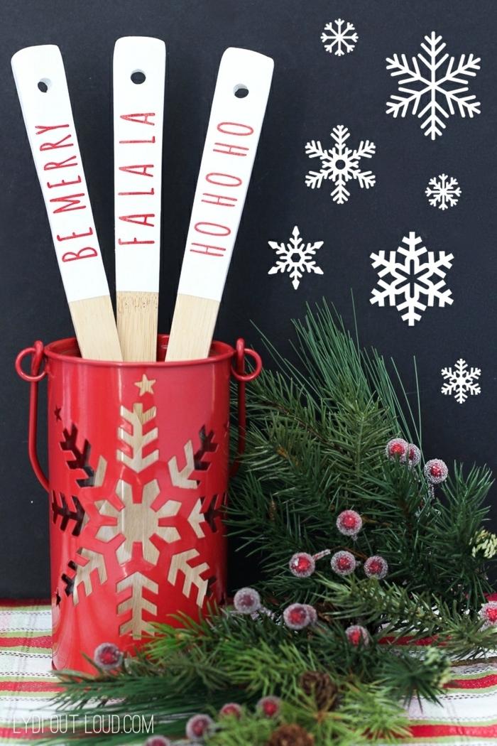 geschenke selber machen zu weihanchten weihnachtsgeschenke ideen diy präsent hälzenre löffel tannenzweige schneeflocken