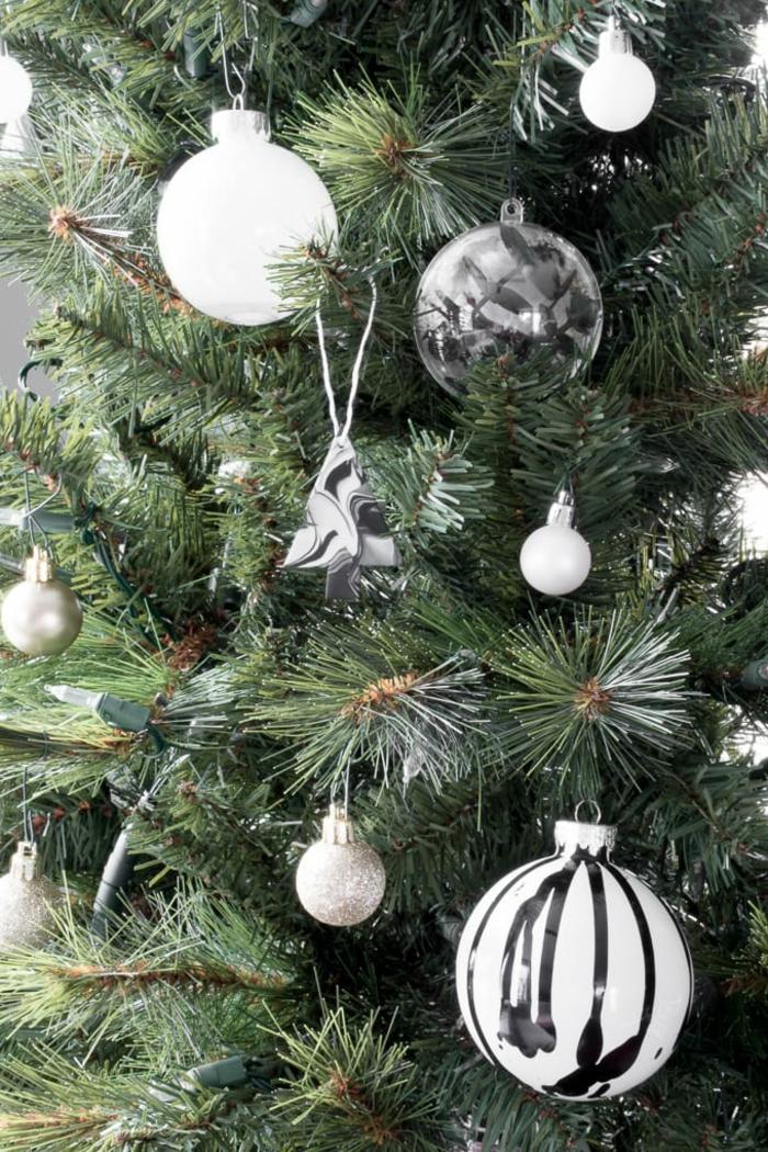 geschmückter weihnachtsbaum monochrome ornamente weihnachtskugeln und tannenbäume schwarz weiß