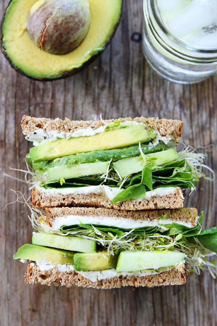 gesundes abendessen ein tisch aus holz eine stulle mit avocado und salat