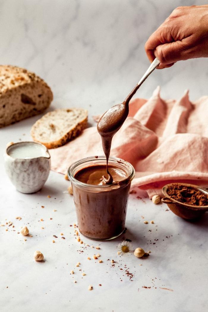 glas mitnutella alternative ein veganes nutella selber machen eine hand mit löffel ein brot