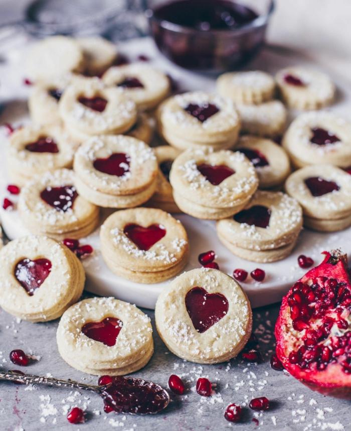 granatapfel marmelade spitzbuden plätzchen mit herzform backen rezept leckeres weihnachtsgebäck selber machen kekse bestreut mit puderzucker