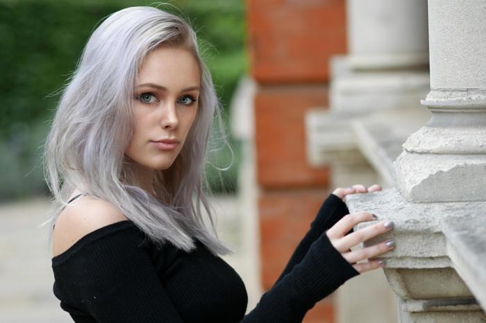 graue haare richtig pflegen tipps eine junge frau mit grauen haaren und mit einem schwarze pullover