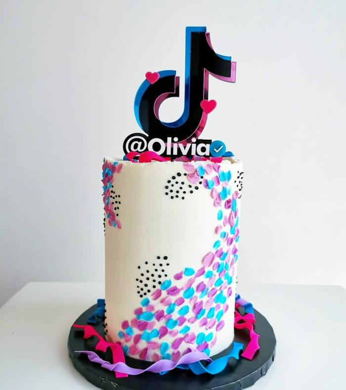 großer tiktok kuchen weiß bunte dekoration social media geburtstagtorte inspiration vanille torte inspiration