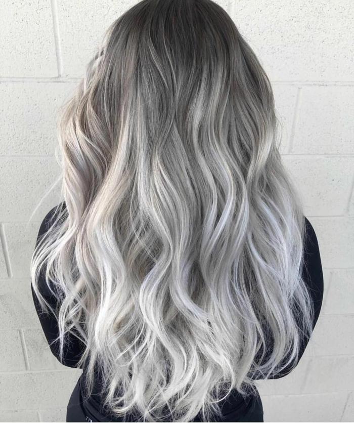 hausmittel graue haare eine junge frau mit grauen haaren und einem schwarzen pullover