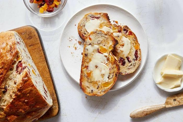 holzbrettund ein früchtebrott butter und ein messer