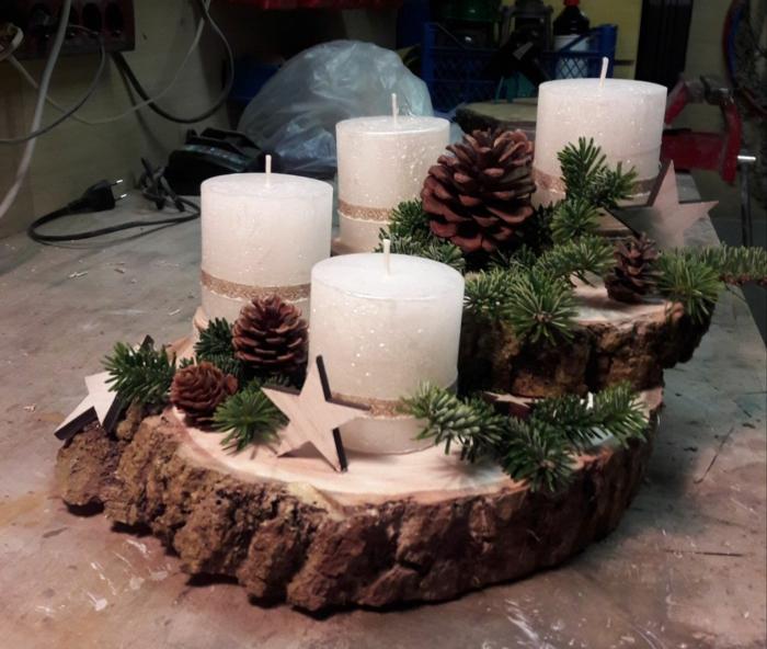 ideen adventskranz baumscheibe dekorieren weiße sternen scheiben in verschiedenen größe tannentapfen sterne