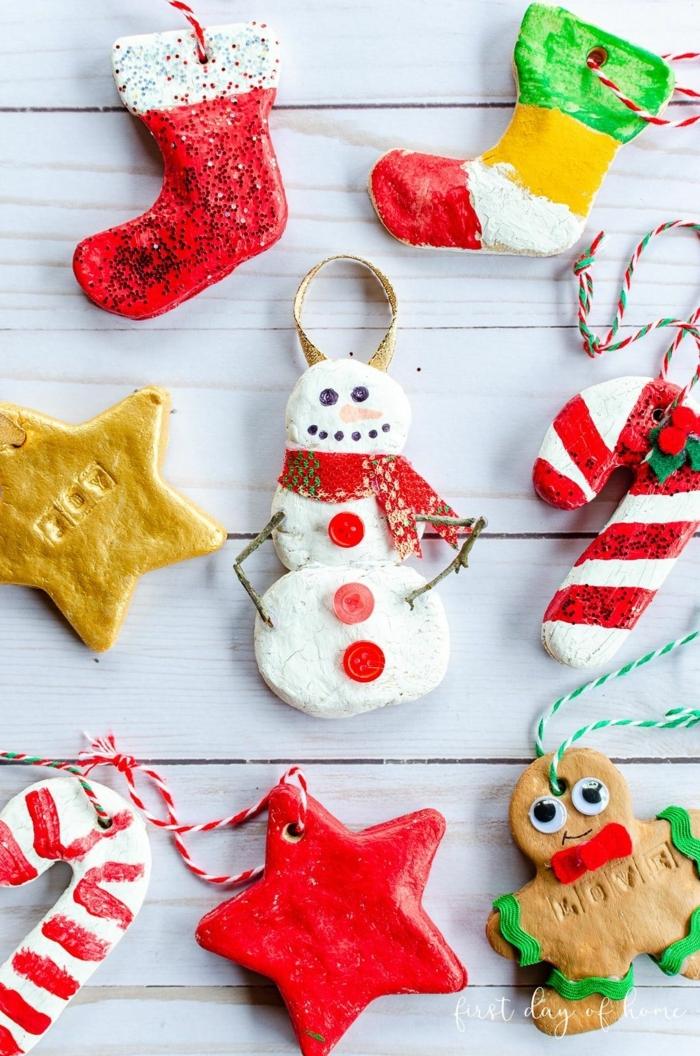 ideen und inspiration für weihnachtsbaum deko figuren von schneemann sterne stiefeln männchen tannenbau dekoration inspiration