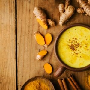 immunsystem stärken ideen rezept für eine goldene milch ein tisch aus holz eine tasse mit goldener milch und ingwer