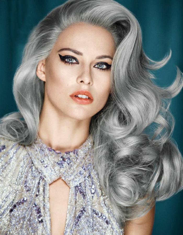 junge frau mit blauen augen und einer frisur mit langem grauem haar und einem kleid