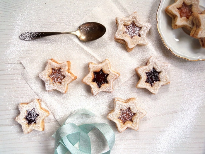 kekse in sternform spitzbuben mit mandeln weihnachtsplätzchen backen mit marmelade weichnatsrezepte plätzchen ideen