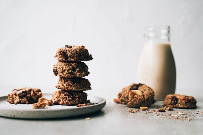 kekse mit wenig kalorien haferflockenkekse low carb teller mit fünf keksen flasche milch