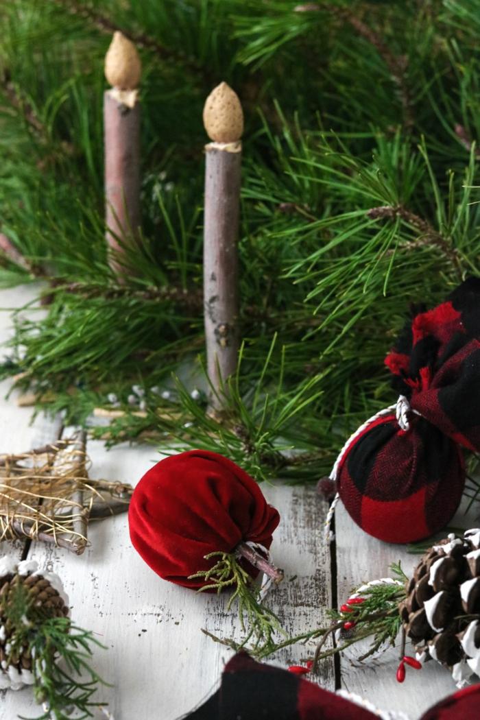 kerzen aus holz und erdnüssen deko rote äpfel basteln weihnachtsbaum deko inspiration große tannenzapfen