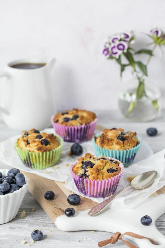 keto kekse low carb muffins zubereiten blaubeeren und mandelmehl lila grün küche