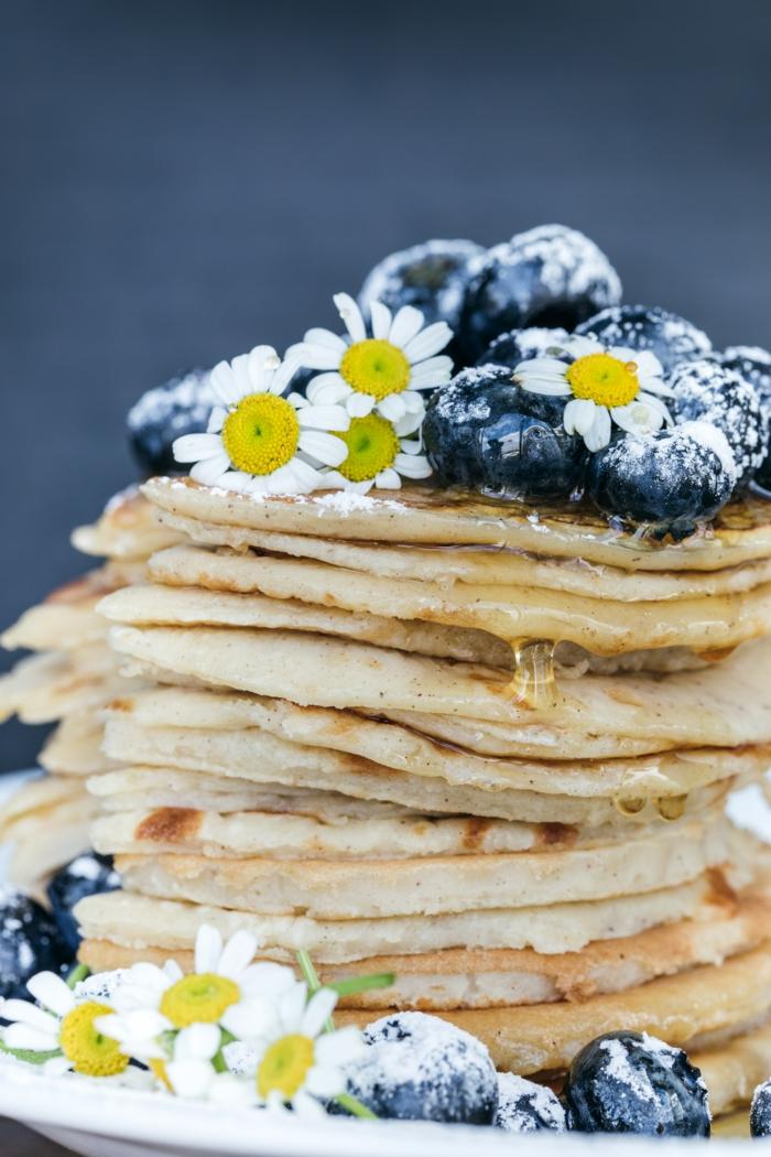 kleine blaue blumen viele vegane pfannkuchen mit kleinen blaubeeren