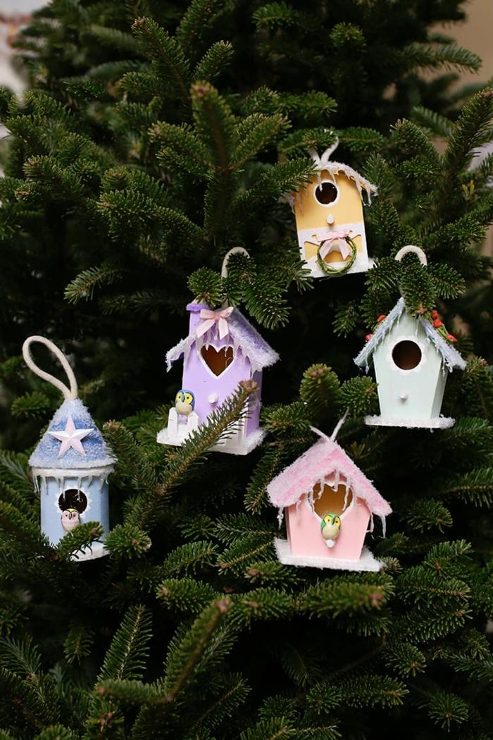 kleine vogelhäuser dekoration grüner tannenbaum moderner weihnachtsbaum schmücken originelle ornamente ideen kreative bastelideen