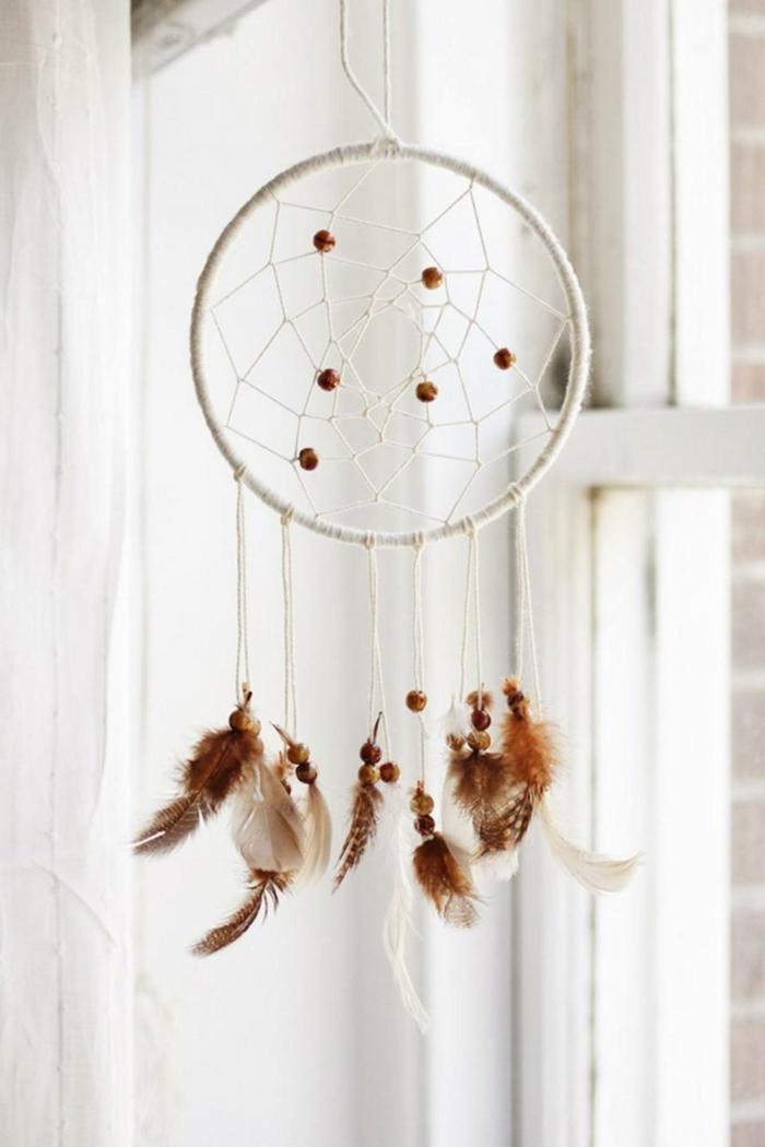 kleinen traumfänger basteln anleitung dekoration braune feder und kugeln bastelideen kinder kreativ