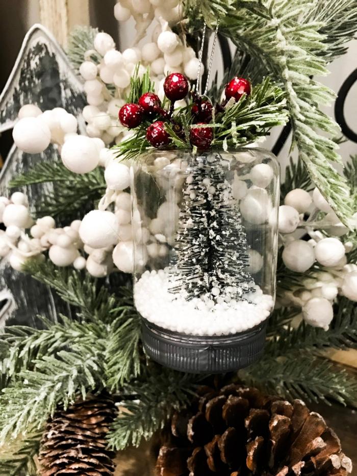 kleiner tannebaum im glas mit schnee geschmückter weihnachtsbaum ornamente selber machen ideen inspo